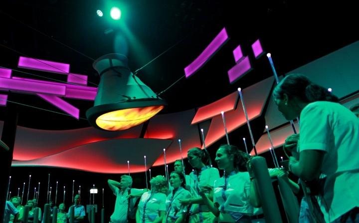Einer der beiden Seilroboter im Deutschen Pavillon auf der Weltaustellung EXPO 2015 scheint über den Köpfen der Zuschauer zu schweben (c) Deutscher Pavillon Expo Milano 2015/Jacopo Bianchini