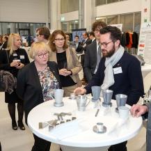 Frederik Wulle (ISW) erläutert Ministerin Bauer das Potential des Metalldruckens IFSW Universität Stuttgart, B&B