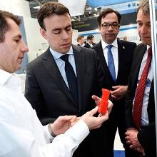 Minister Dr. Nils Schmid begutachtet neueste Ergebnisse aus der 3D-Druck-Forschung am ISW