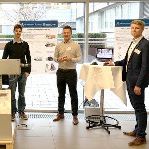 Ausstellungsobjekte werden präsentiert von Colin Reiff (ISW), Paul Eichinger (Student ISW) und Steffen Boley (IFSW) (Reihenfolge von rechts nach links)