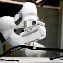 Sieht leichter aus, als es ist: Mittels einer Steuersoftware soll der Roboter lernen, ein deformierbares Objekt wie ein Kabel richtig zu lokalisieren und dann auch zu greifen. Universität Stuttgart, ISW